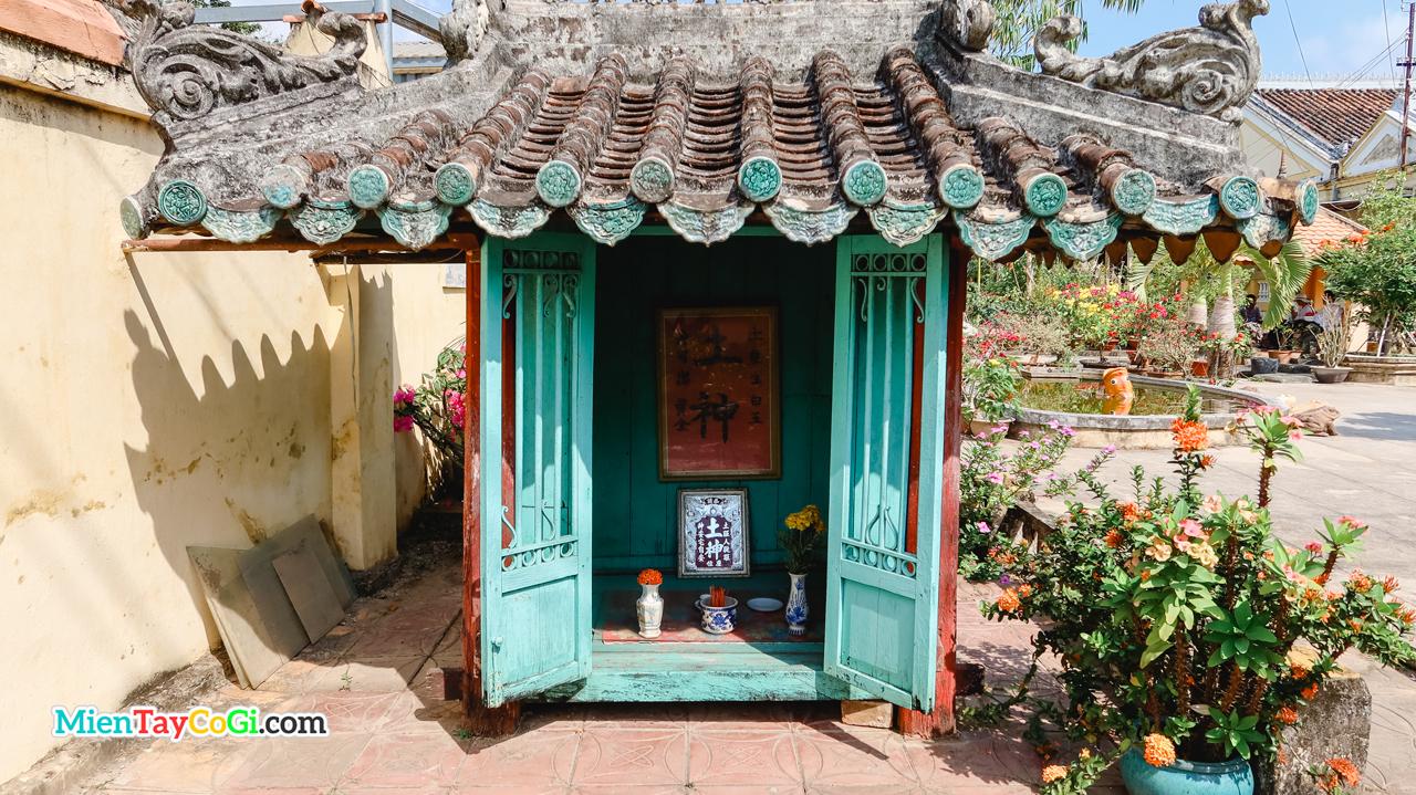 Miếu thổ thần bên trong khuôn viên nhà cổ Bình Thủy