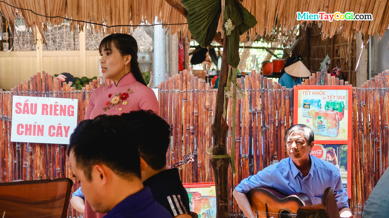 Listen to the singers singing Vietnamese amateurs singing in the South