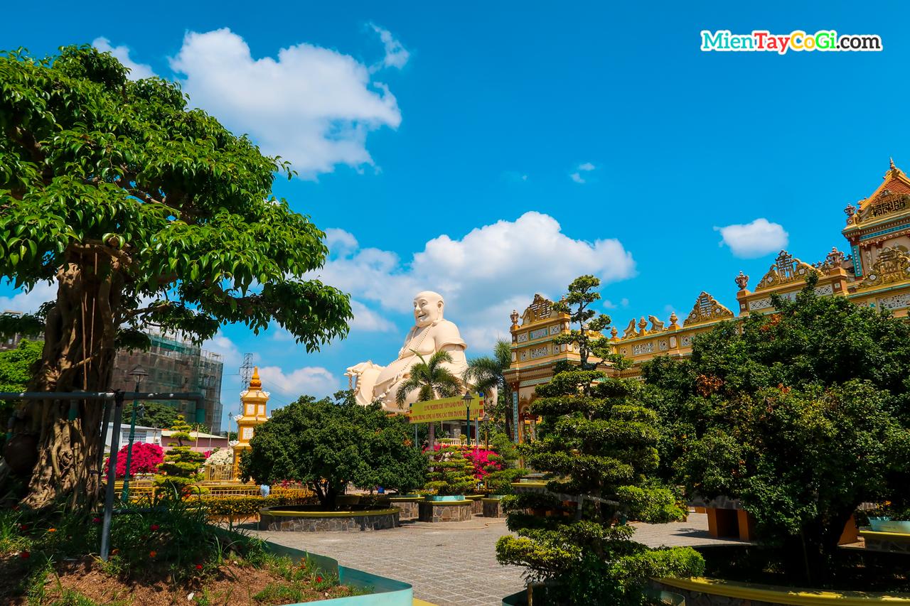 Nhìn từ xa có thể dễ dàng thấy tượng Phật Di Lặc khổng lồ