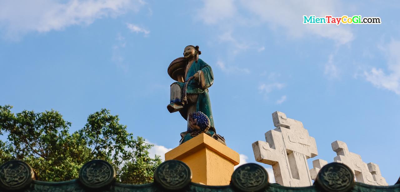 Những nét kiến trúc khá tương tự chùa Hoa ở bến Ninh Kiều