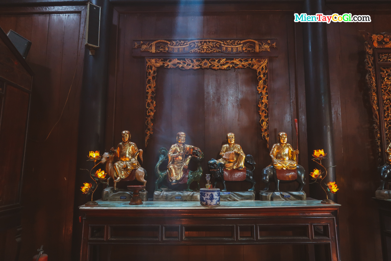 Những tượng Phật làm bằng gỗ mít và dát vàng bên ngoài