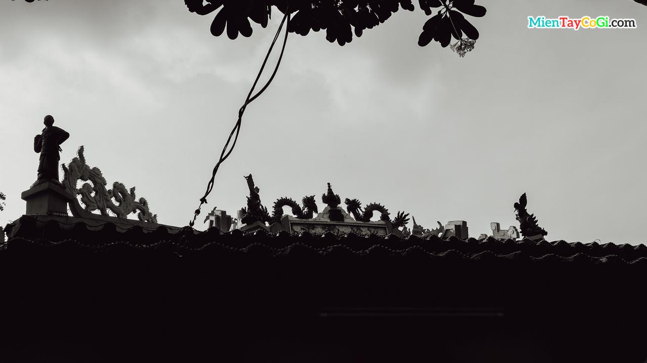 Phần mái của chánh điện đình Bình Thủy