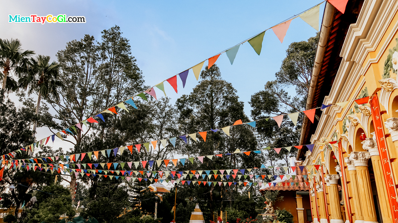 Sân trước chùa Nam Nhã