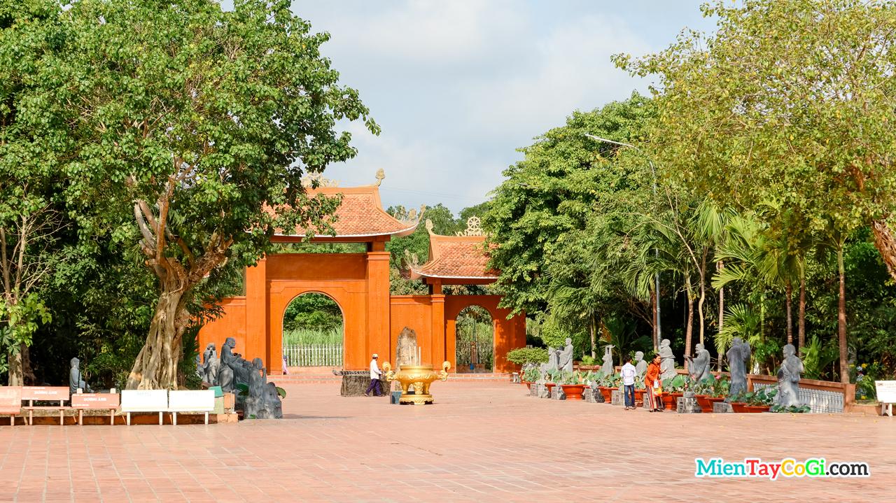 Sân trước thiền viện Trúc Lâm Phương Nam