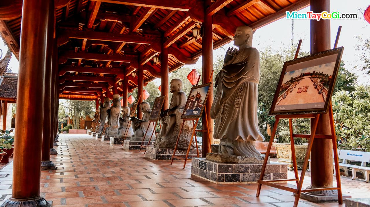 Tượng 12 vị La Hán xếp dài con đường từ chánh điện ra từ đường tổ sư