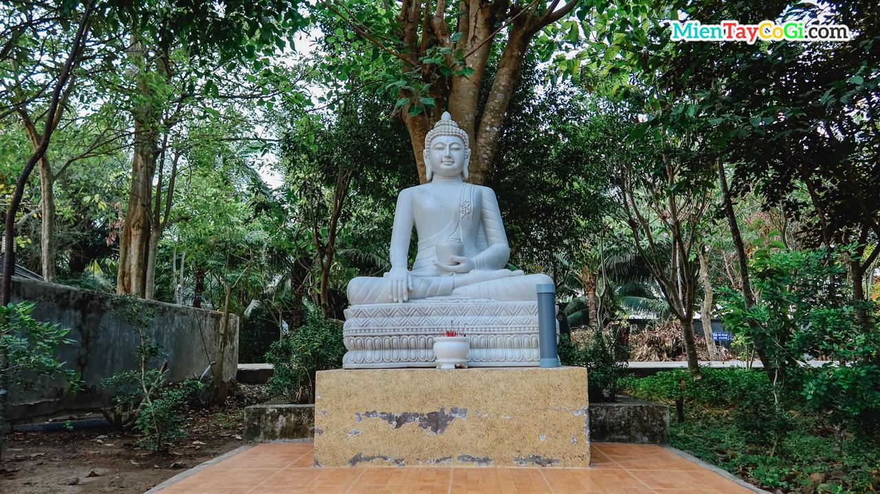 Tượng Phật Thích Ca bên ngoài vườn