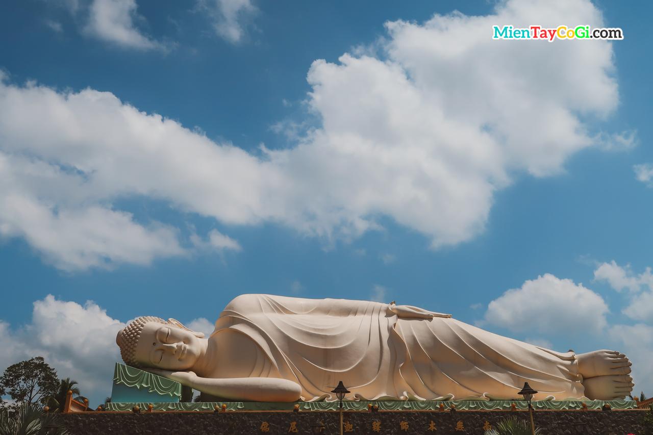 Tượng Phật Thích Ca nằm khổng lồ ở chùa Vĩnh Tràng