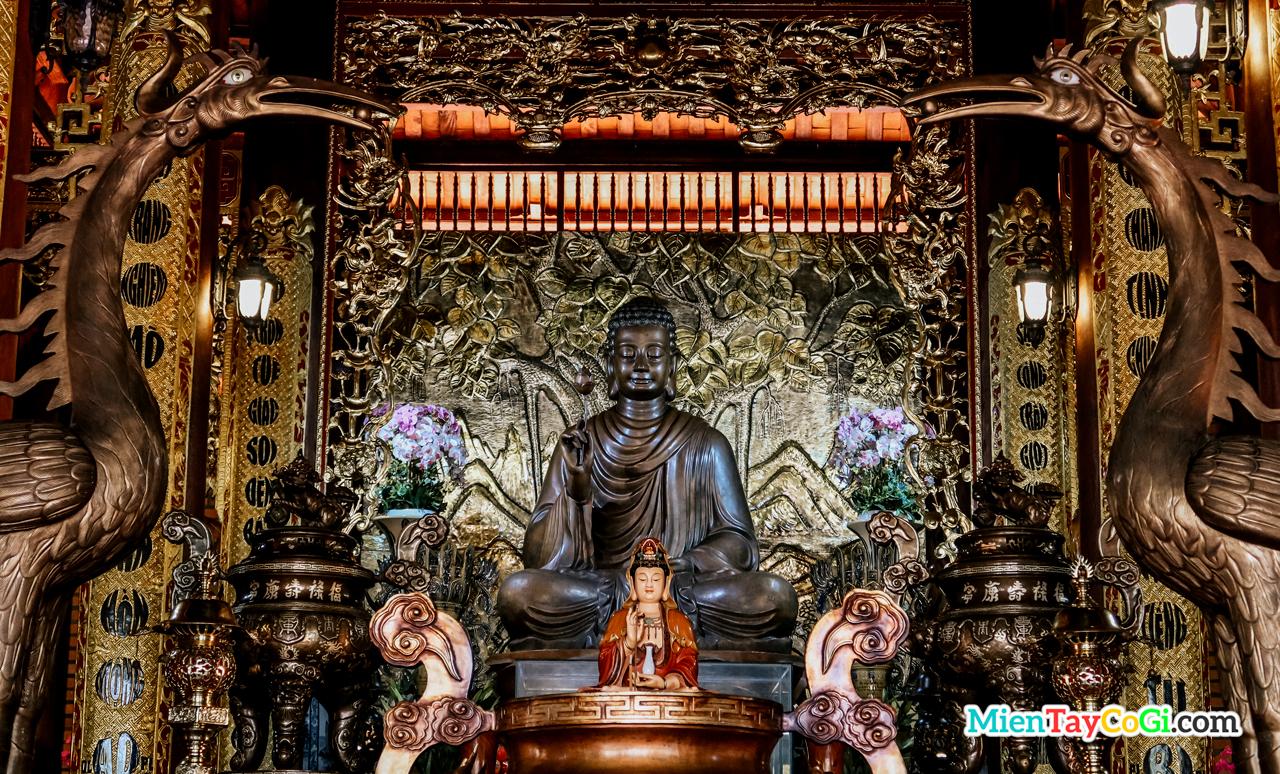 Tượng Phật Thích Ca Niêm Hoa Vi Tiếu bằng đồng