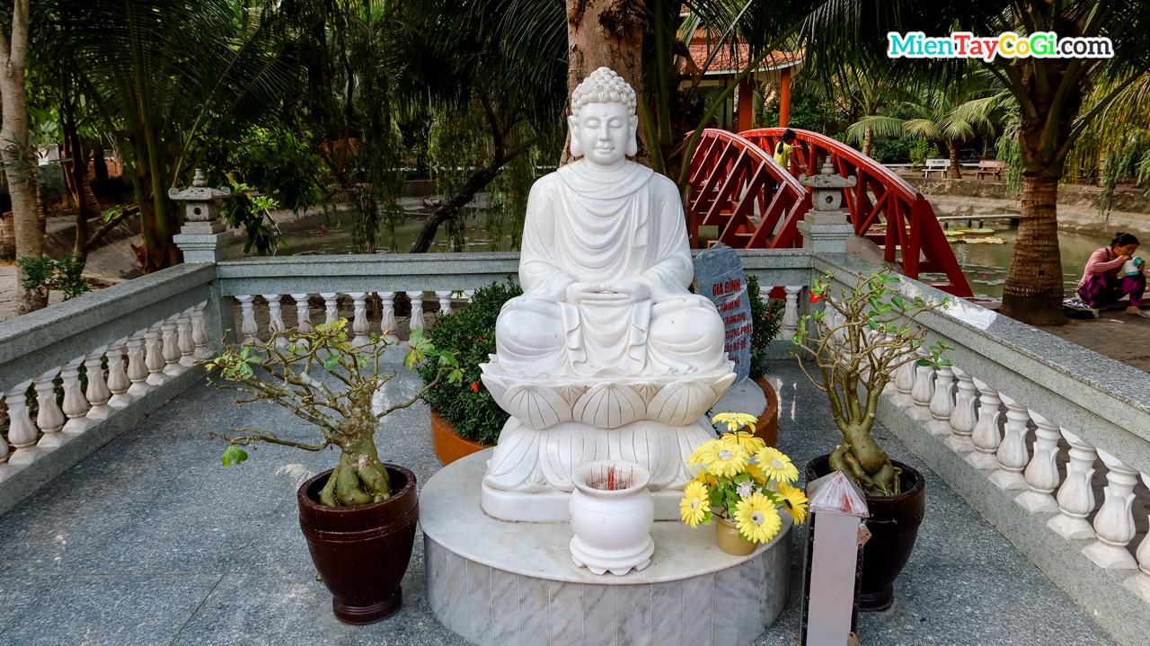 Tượng Thờ Phật A Di Đà bên ngoài vườn