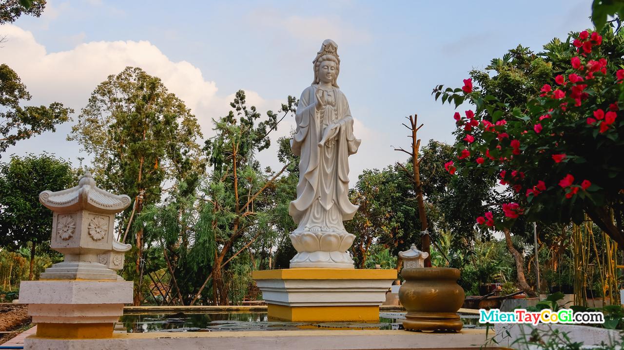 Tượng thờ Quan Thế Âm Bồ Tát ở sau chùa Nam Nhã