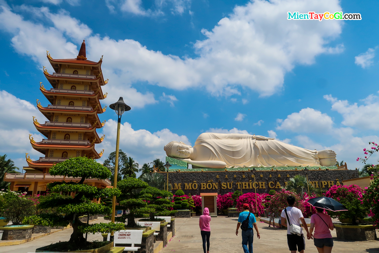 Tháp 7 tầng và tượng Thích Ca bên ngoài khuôn viên chùa