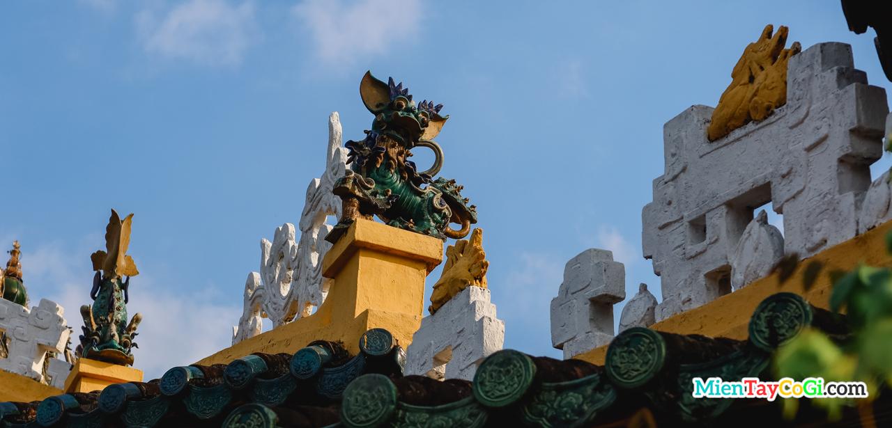 Trên mái trang trí linh thú kỳ lân và cá chép hóa rồng