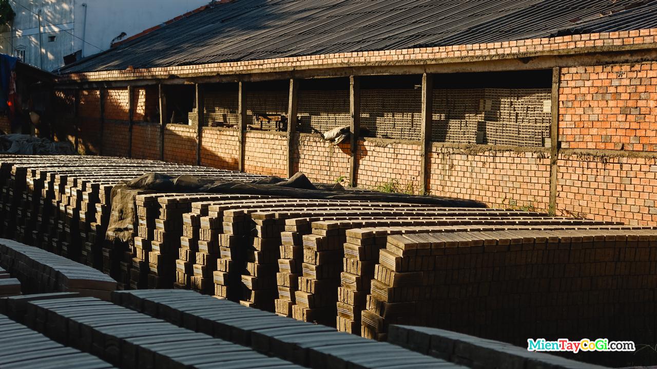 Gạch được xếp đống ở sân nhà dân