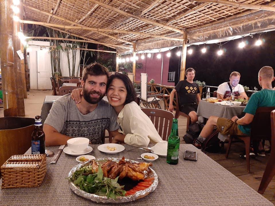Khách du lịch chụp hình ở Song Ngư homestay Cần Thơ