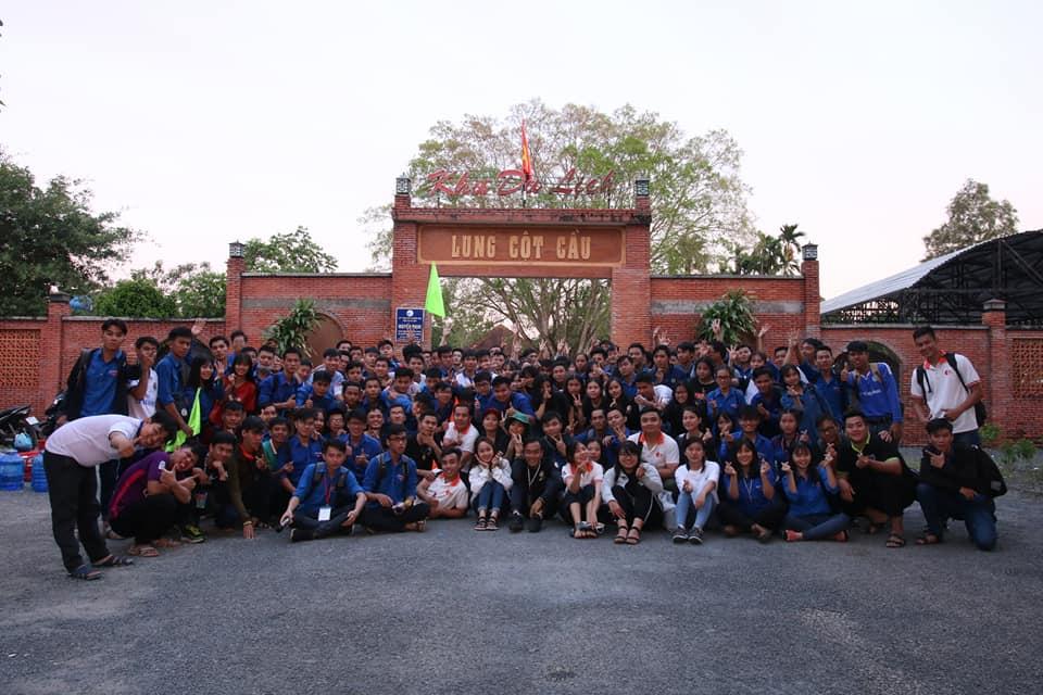 Khách du lịch check in Lung Cột Cầu