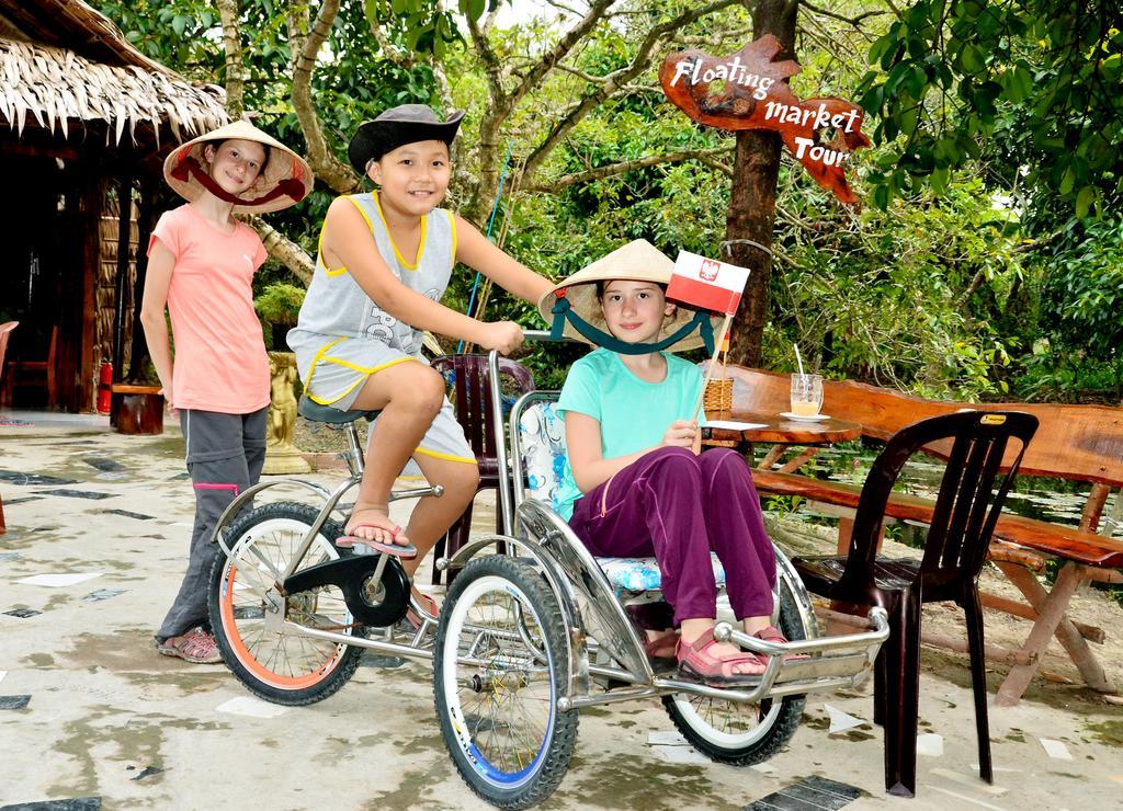 Khách Tây check in chụp hình ở Farmer homestay Cần Thơ
