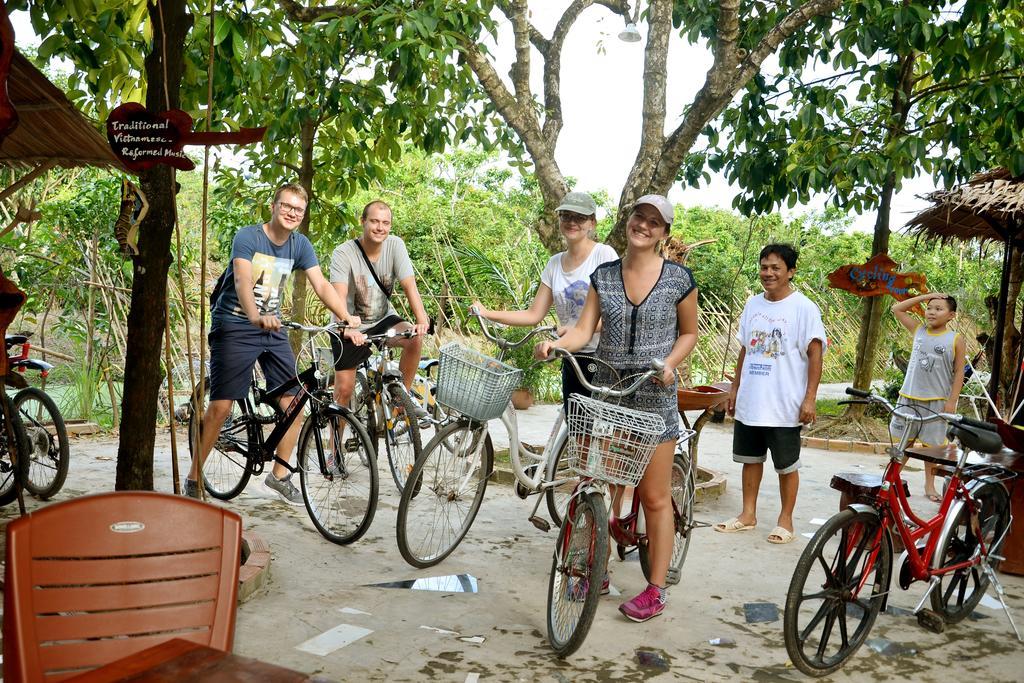 Khách tham quan đạp xe đạp