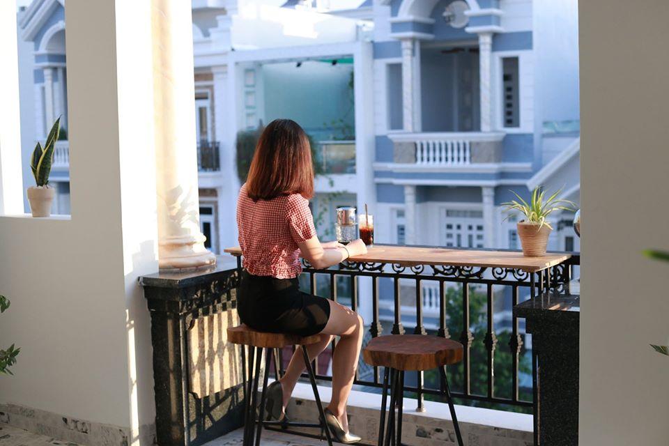Khách uống cafe ở ban công