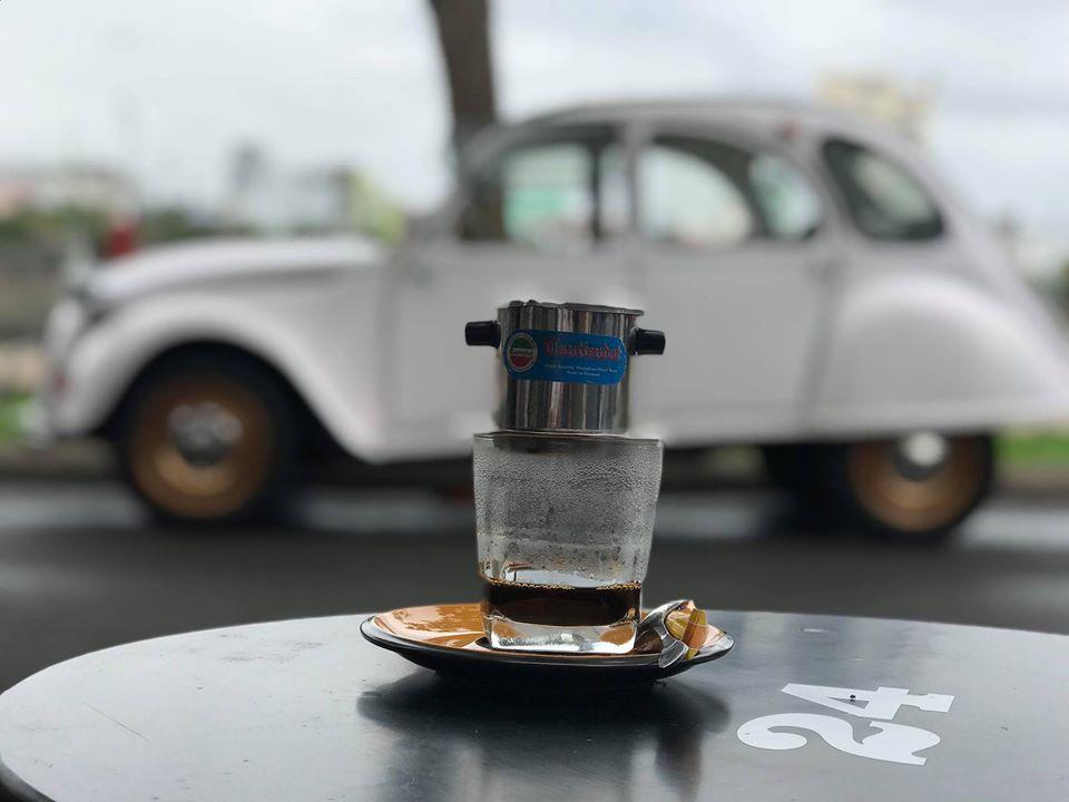 Nhâm nhi cafe sáng trước bờ hồ Xáng Thổi