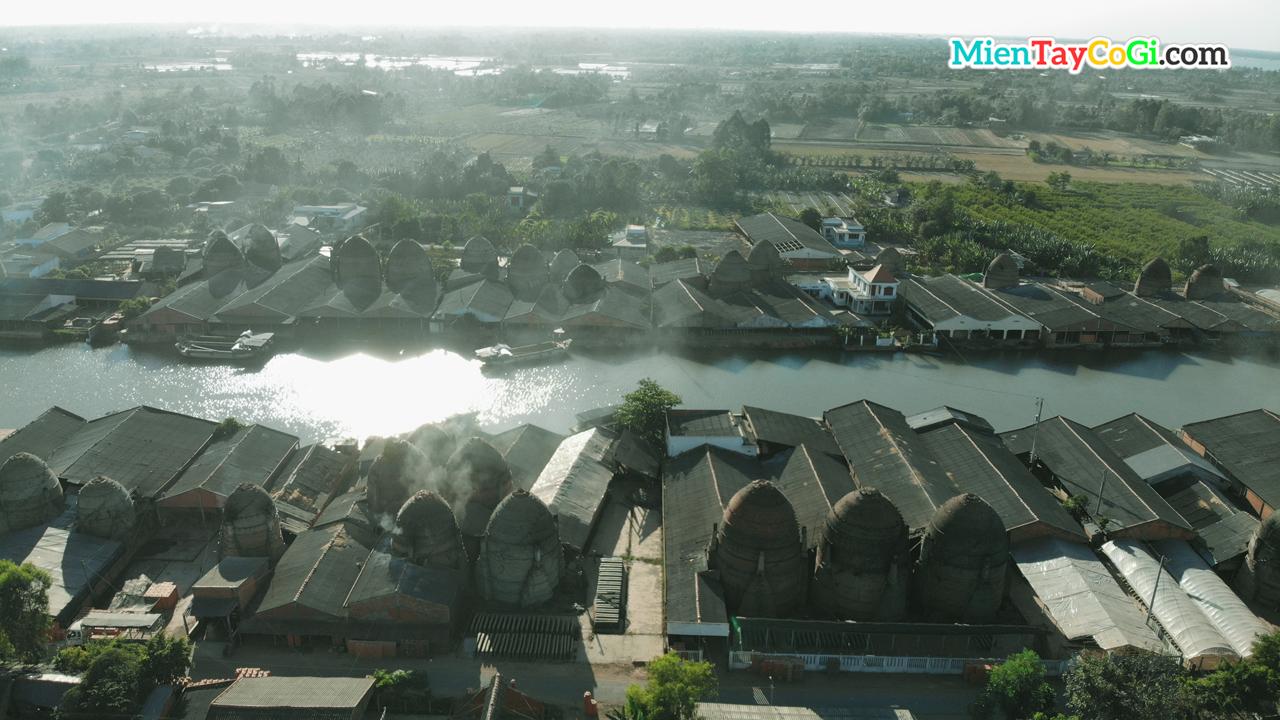 Những hộ gia đình làm gạch bên dòng sông ở Vĩnh Long