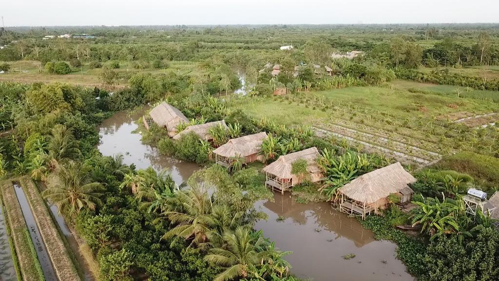 Những ngôi nhà lá ven sông