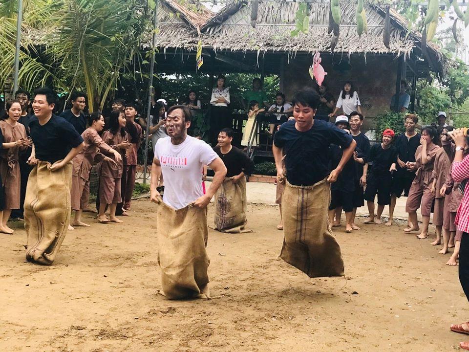 Trò chơi nhảy bao bố tại khu du lịch Ông Đề Cần Thơ