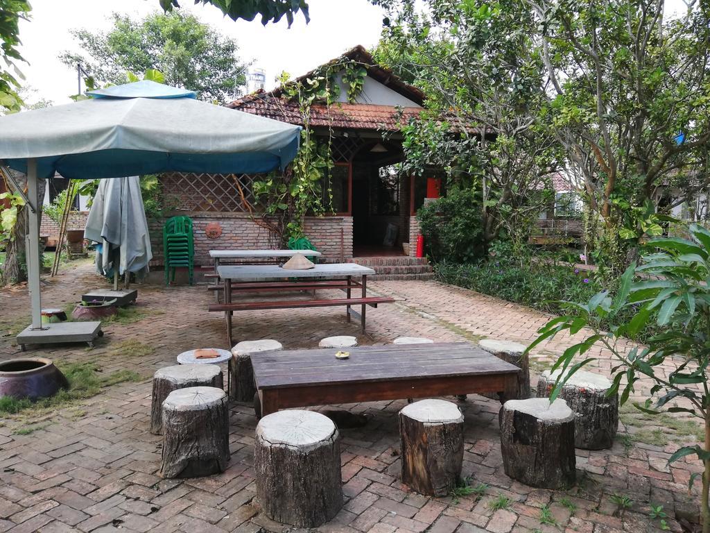 Vườn cây và bàn ghế ở bên ngoài vườn