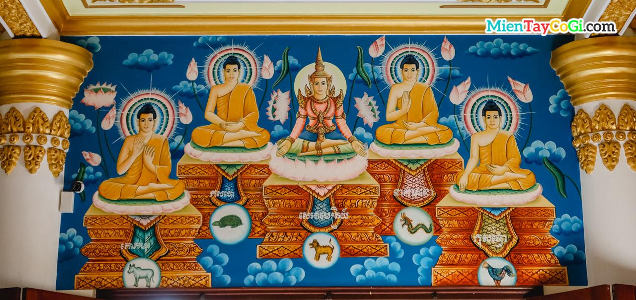 Bên trong chánh điện đều có nhiều bức vẽ về Phật