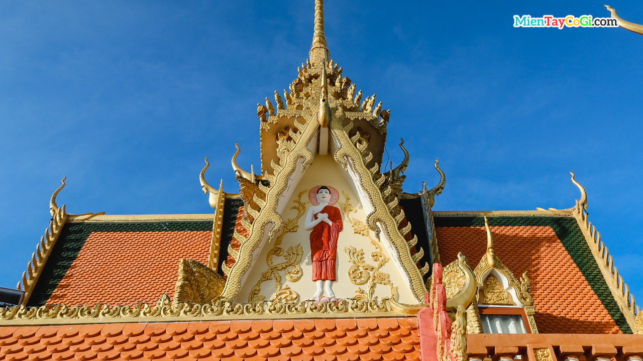 Bốn mặt mái ngói chùa Khmer hồ Xáng Thổi đều điêu khắc hình tượng Phật Thích Ca