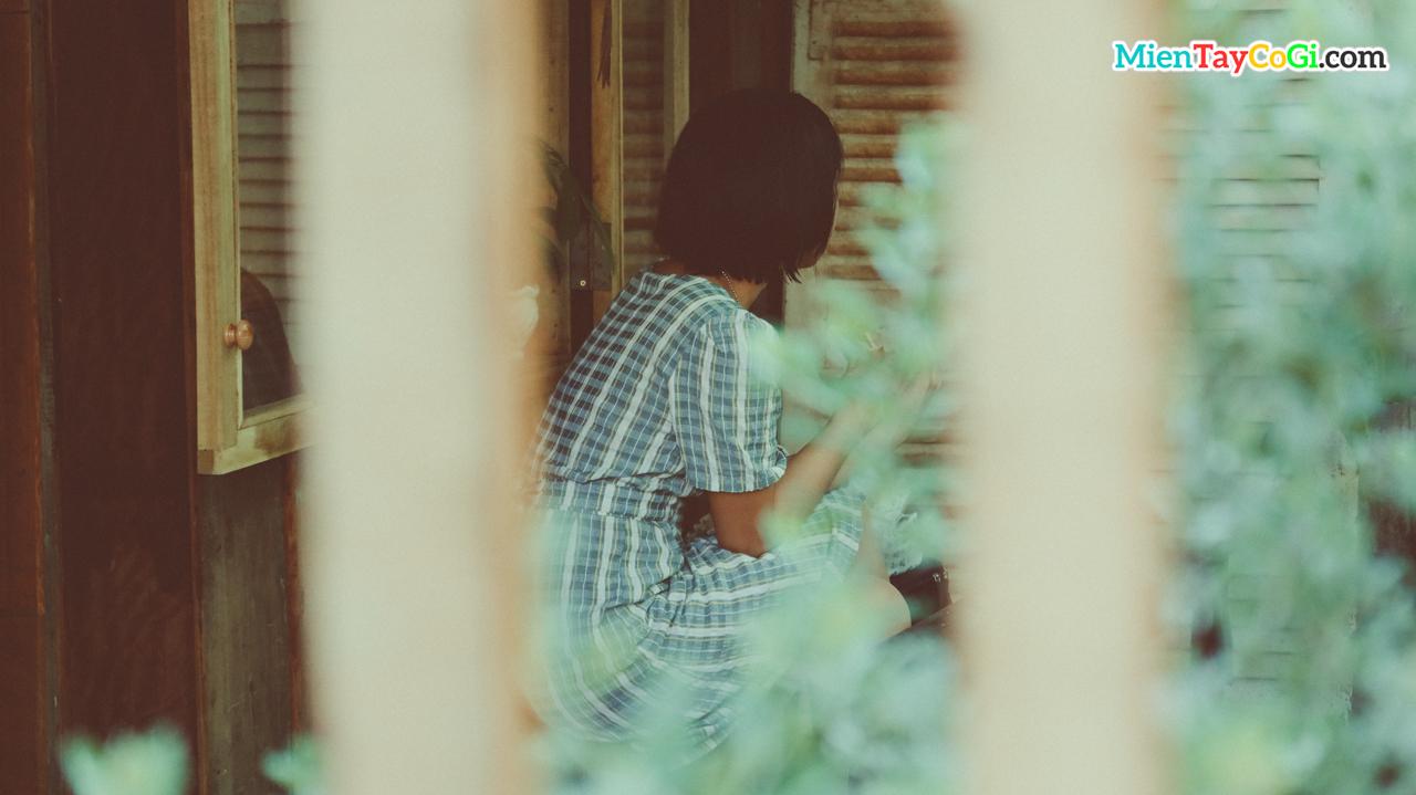 Khách tham quan ngồi trước hiên tiệm trà cỏ ngọt