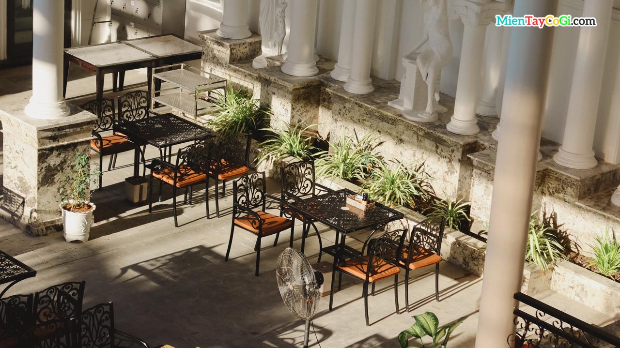 Không gian cafe với nắng đẹp ở Nhà hàng Tây Đô