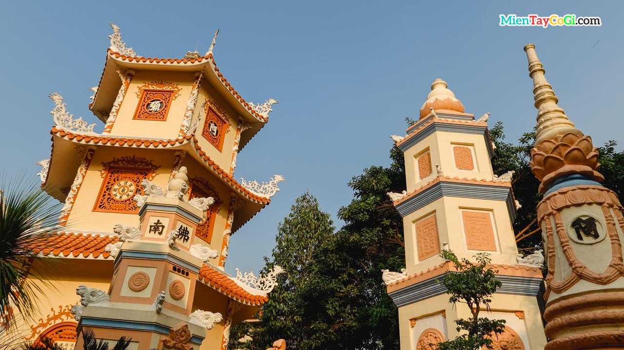Khuôn viên chùa có nhiều bảo tháp