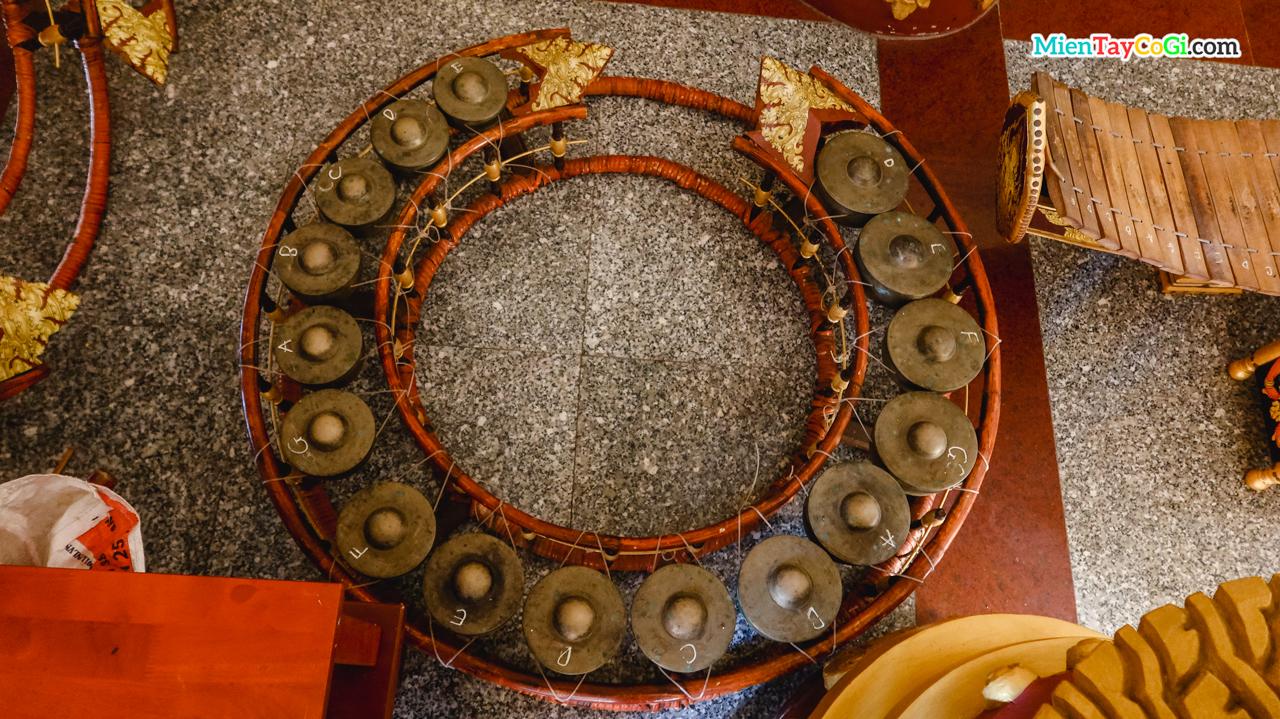 Nhạc cụ truyền thống người Khmer được lưu giữ ở chùa