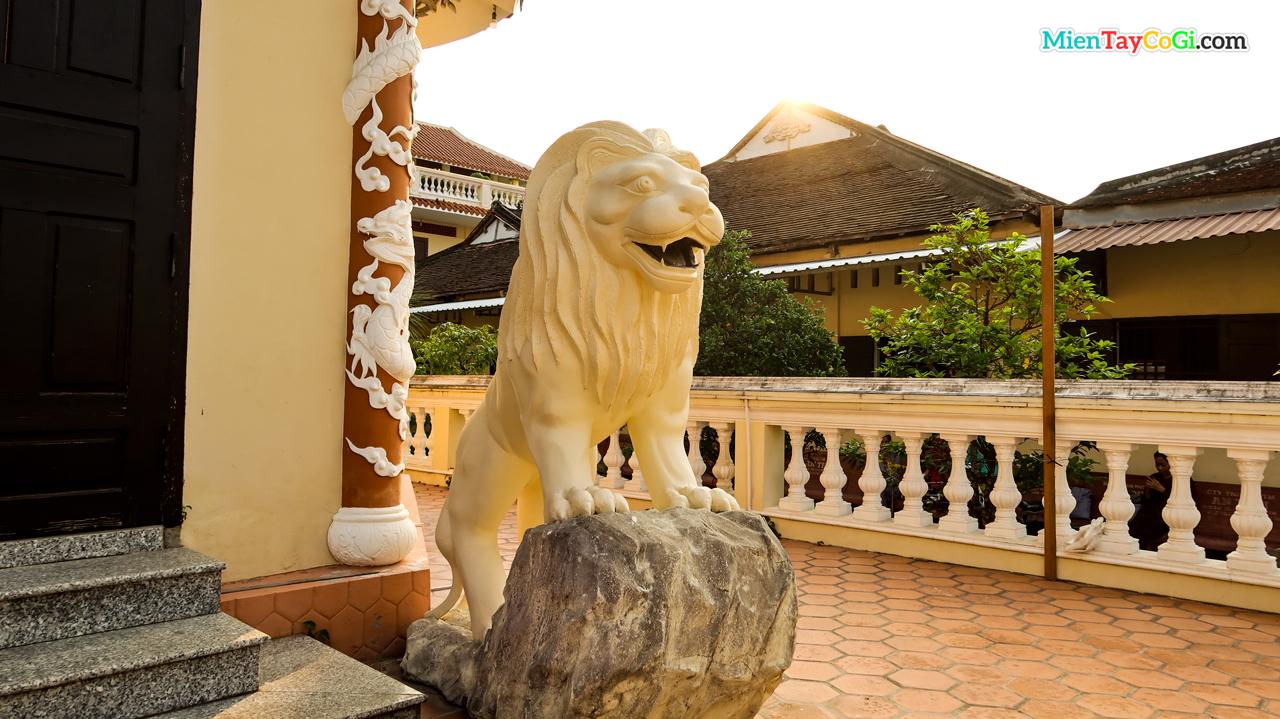 Sư tử đá trước bảo tháp chùa Hội Linh