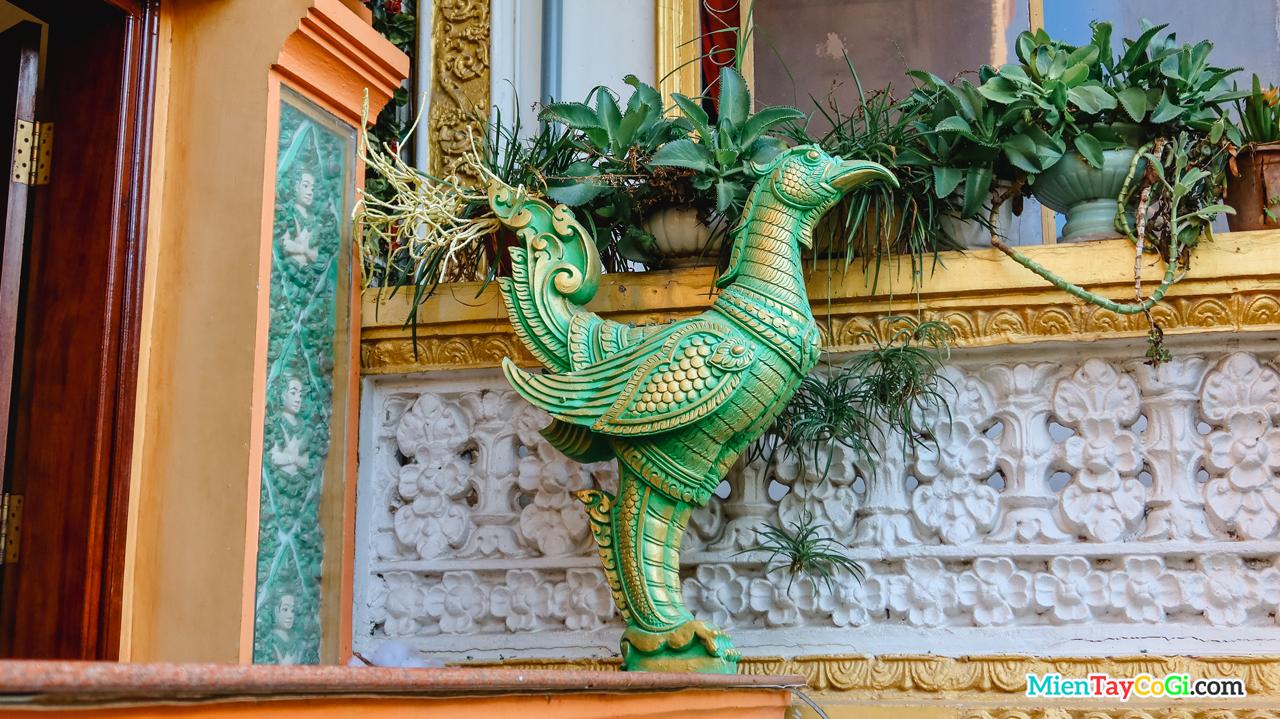 Tượng chim thần Drud ở ngoài chánh điện chùa Pitu Khosa Rangsay