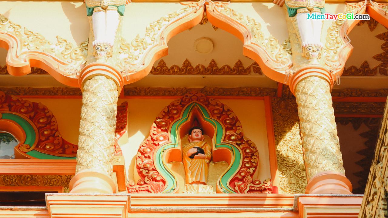 Tượng Phật bên trên trần nhà Chánh điện chùa Khmer bờ hồ xáng thổi