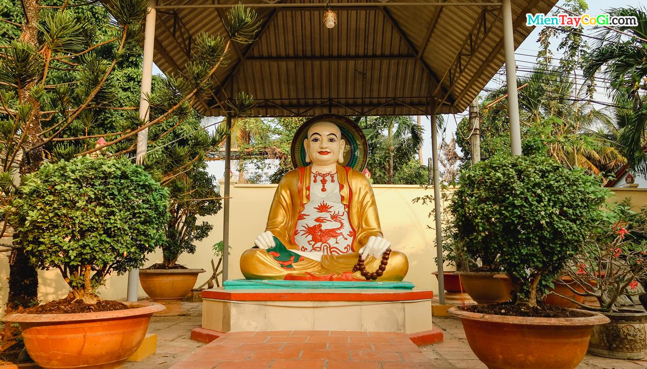 Tượng Phật Di Lặc ở bên trong khuôn viên chùa Hội Linh Cổ Tự Cần Thơ