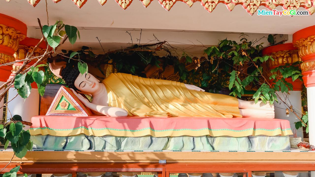 Tượng Phật Thích Ca tư thế nằm ở chùa Khmer bờ hồ Xáng Thổi