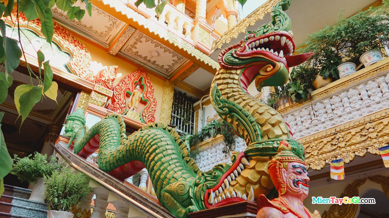 Thần rắn Naga điêu khắc trên thanh vịn cầu thang lên chùa