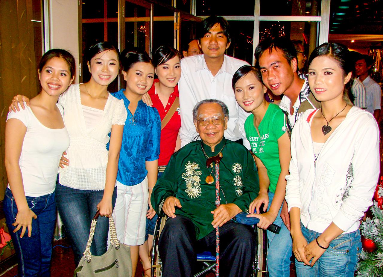 Đội văn nghệ trường đại học Hùng Vương chụp ảnh cùng giáo sư Trần Văn Khê