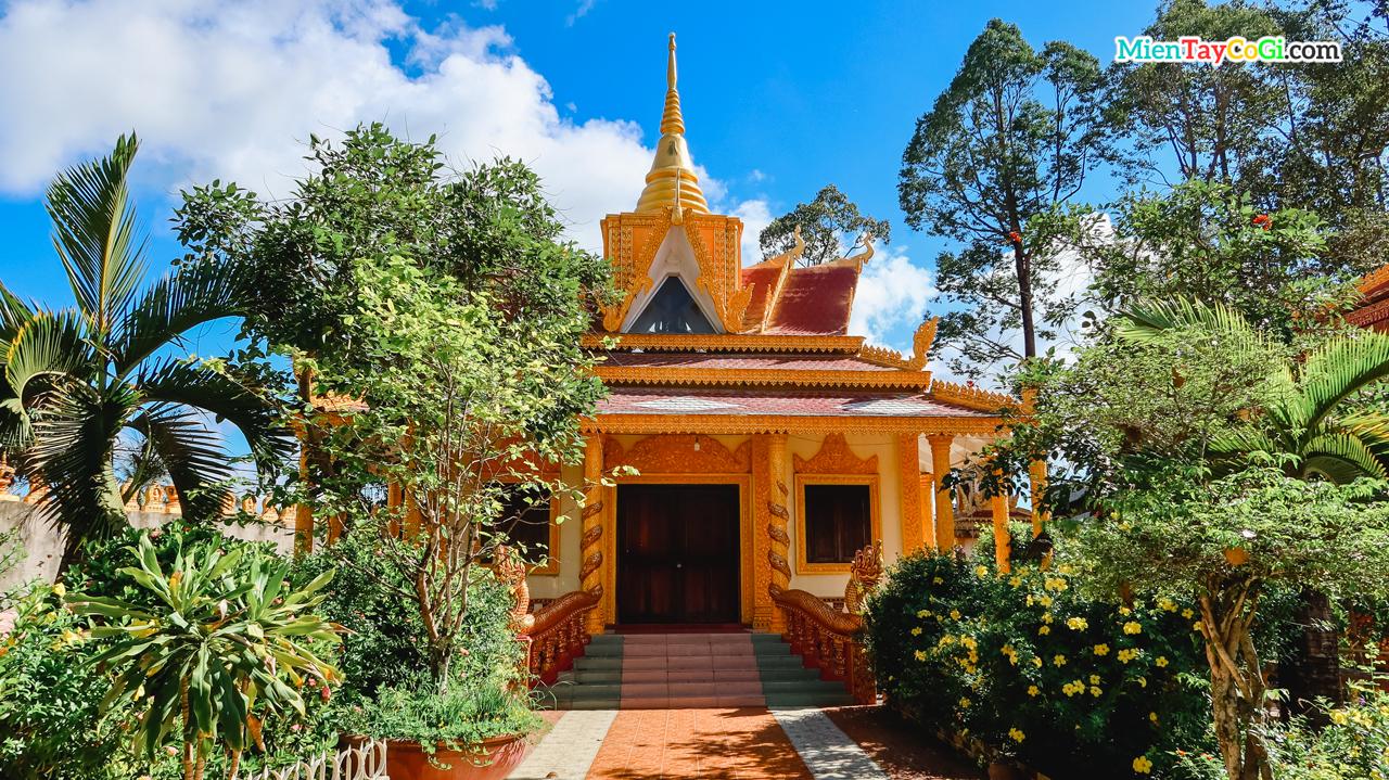 Điện thờ phụ ở chùa Pothisomron Ô Môn