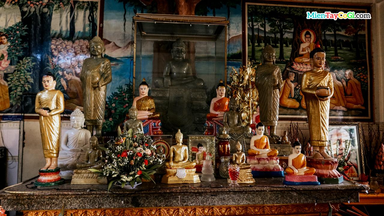 Bàn thờ Phật Thích Ca ở trai đường chùa Khmer Ô Môn
