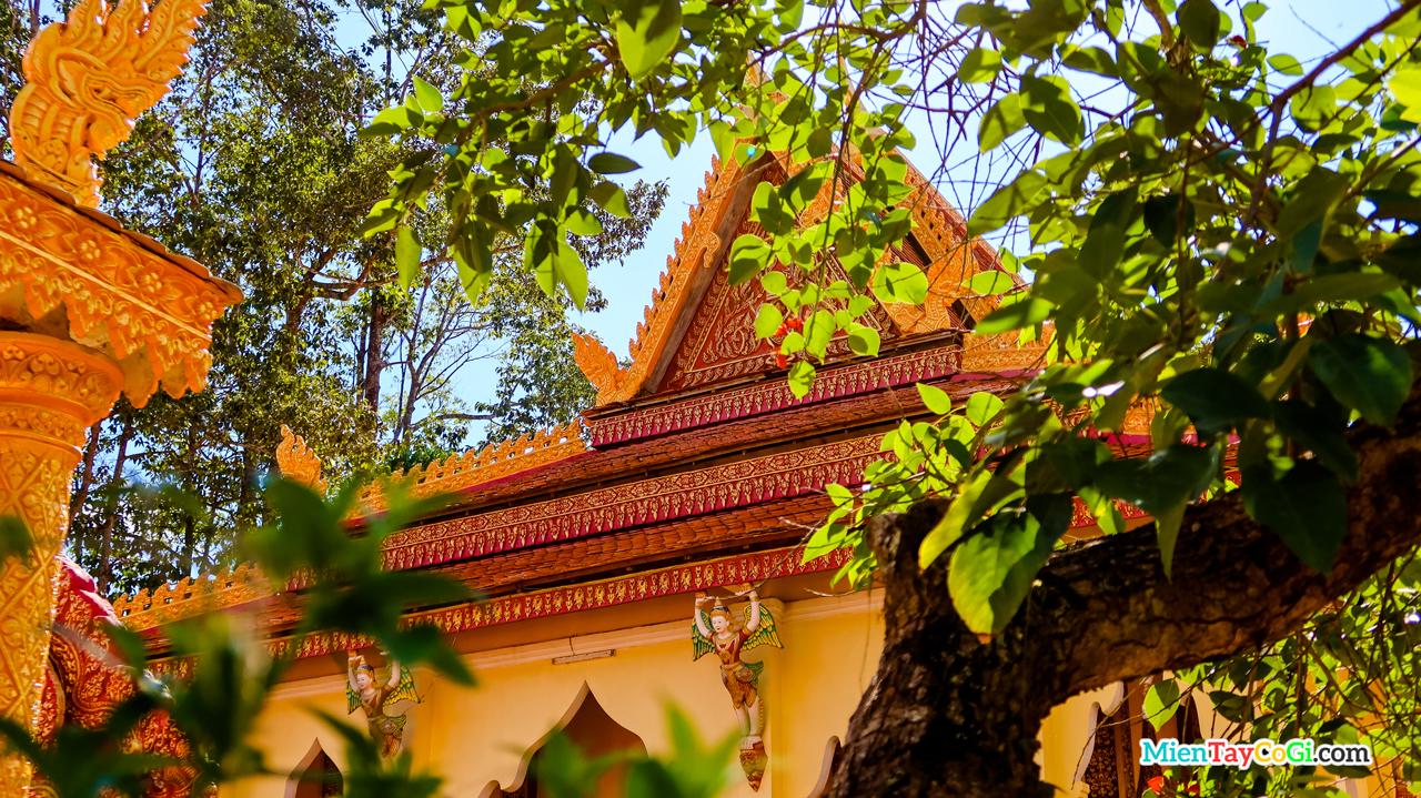 Bên ngoài chánh điện chùa Pothisomron khá sặc sở