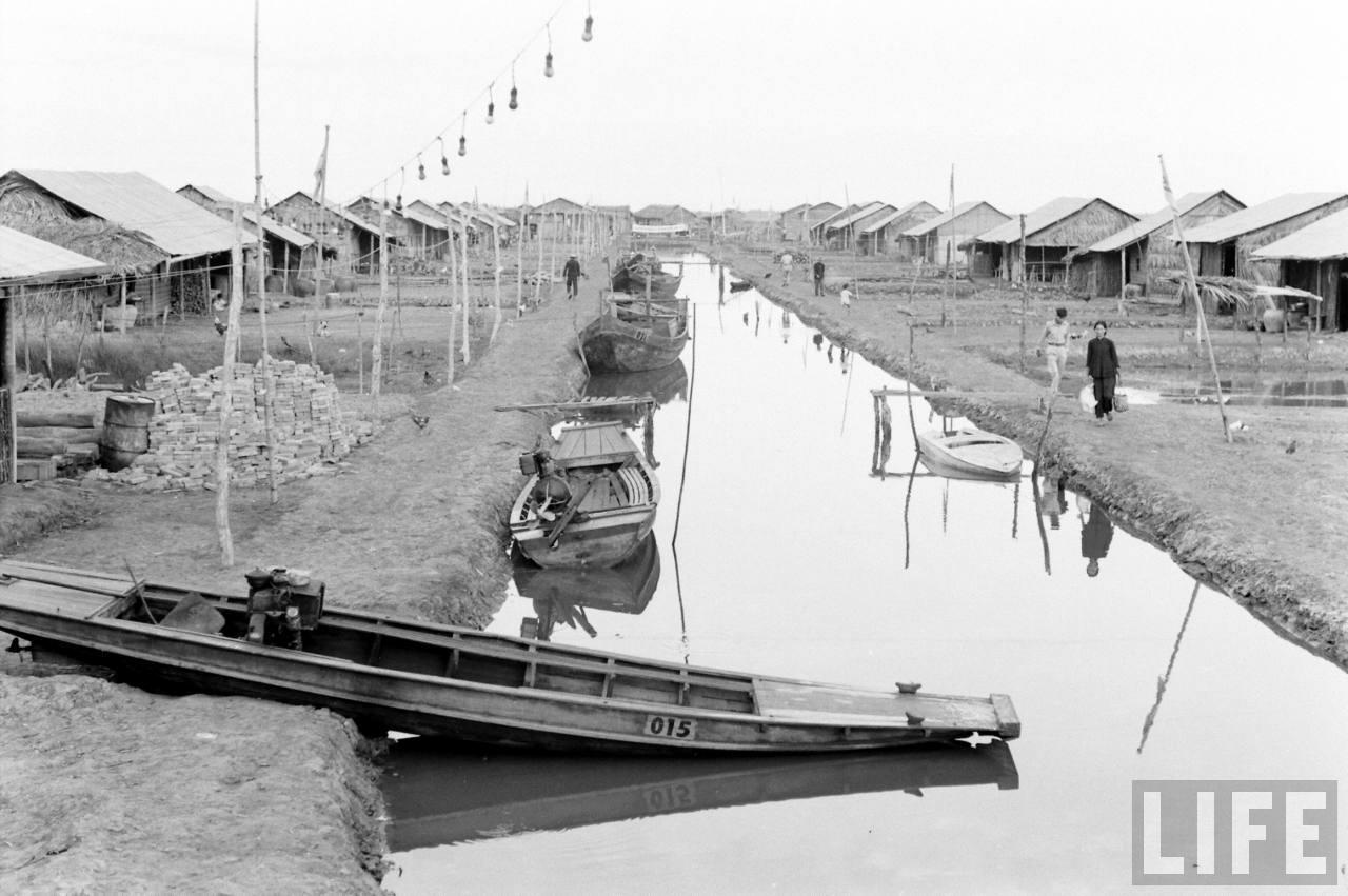 Bến tàu trước nhà dân ở Cà Mau năm 1961 - Ảnh chụp bởi Sochurek