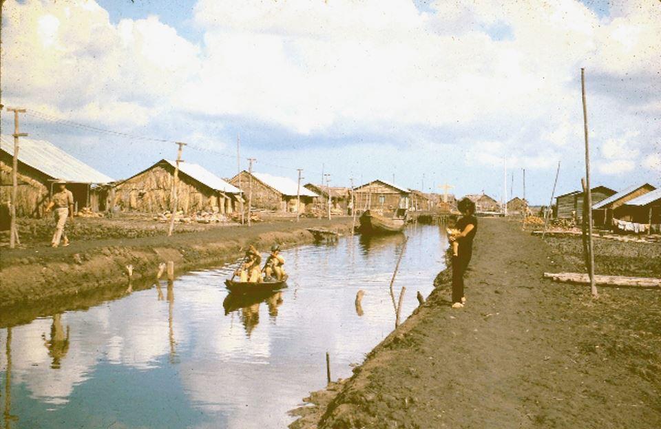 Con kênh làng Bình Hưng thuộc biệt khu Hải Yến - Cà Mau những năm 1960s
