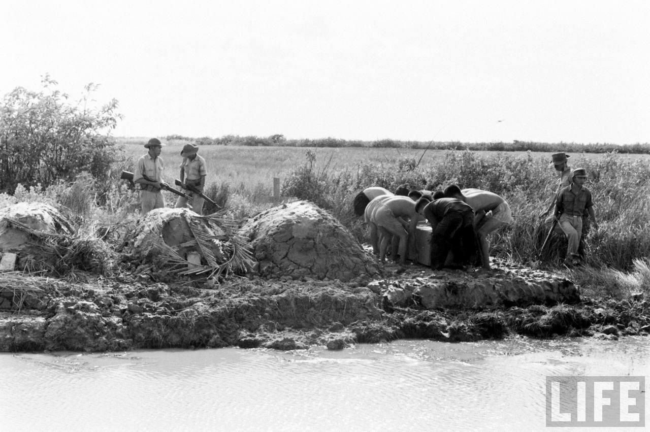 Đắp mộ ở biệt khu Hải Yến - Cà Mau năm 1961 - Ảnh chụp bởi Howard Sochurek