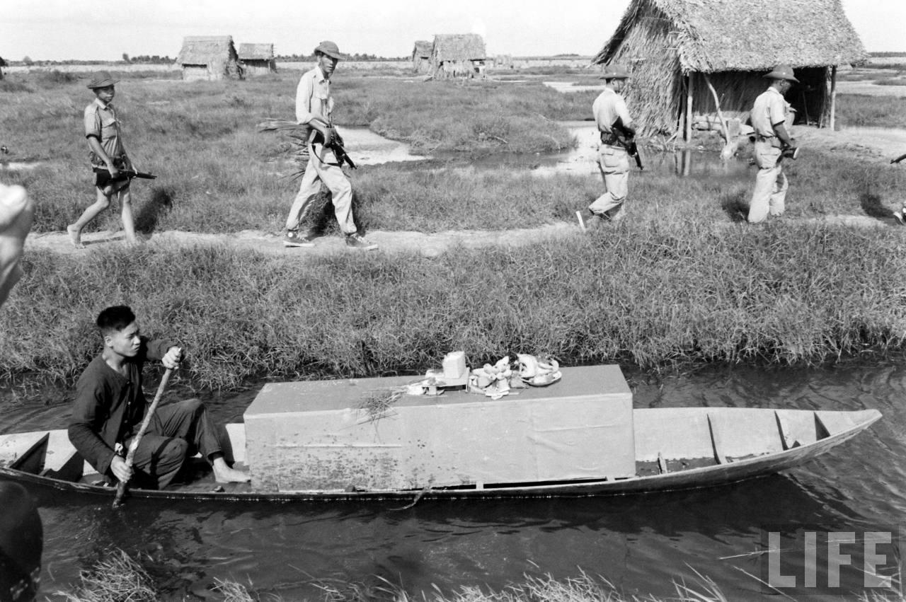 Đưa quan tài bằng ghe ở Cà Mau năm 1961 - Ảnh chụp bởi Howard Sochurek