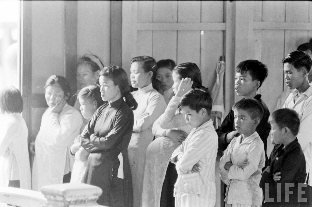 Giáo dân Cà Mau tại nhà thờ năm 1961 - Ảnh chụp bởi Howard Sochurek