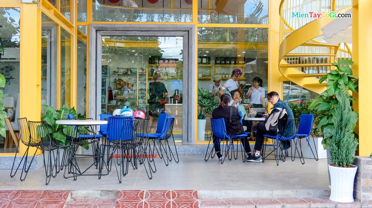 Không gian bên ngoài cafe Lego Cần Thơ khá vintage