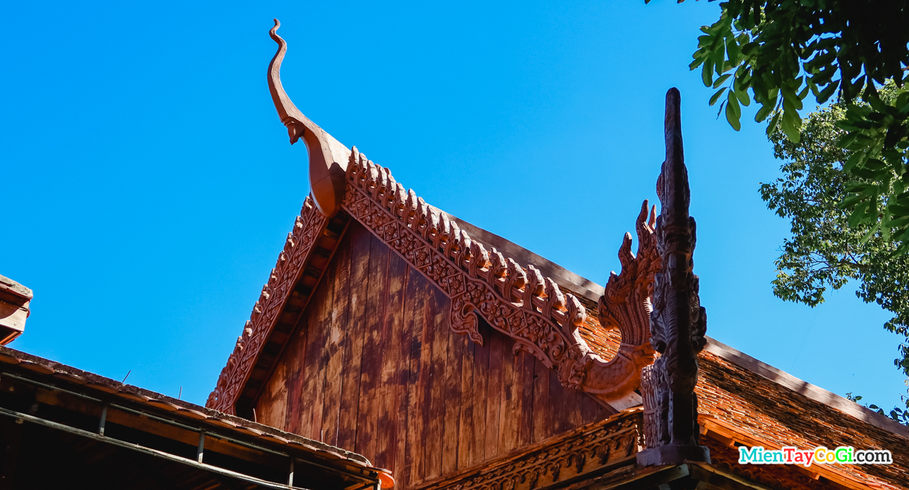 Mái cổ làm bằng gỗ ở chùa Pothisomron